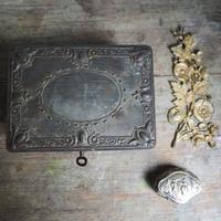 la boîte anciennne en  fer-blanc