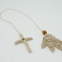 アイダミホコ 羽根とクロスのブックマークチャーム(マットオレンジ・グリーン)