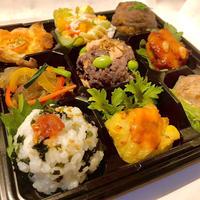 3種のおにぎりと6種の彩りデリ弁当【月海珈琲店】