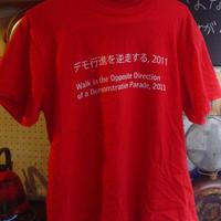 Tシャツ|デモ行進を逆走する