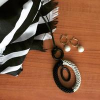 バイカラーレザーロングネックレス=黒 or 茶=