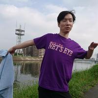 【Tシャツ】熱ッツアイ ・サウナで出会ったことのない、自由を謳歌する熱波師。時に風のように、渡り鳥のように。