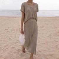 Vネックざっくり半袖ニット+モノトーンスカート