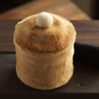ペット用骨壺カバー / サイズ:4寸 / ベース:ブラウン / ボンボン:クリーム / しっぽ:黒(S201)