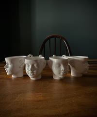 人形の顔をしたコーヒーカップ
