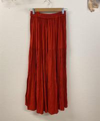 夕陽に照らされる真っ赤なティアードスカート971