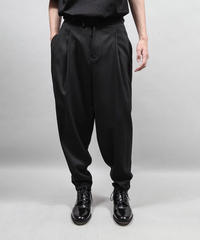 plyester two tuck tapered pants/BLACK
