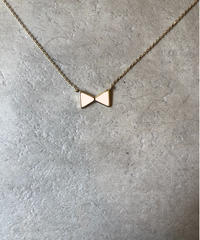 Chloe/ribbon motif gold necklace.(U)