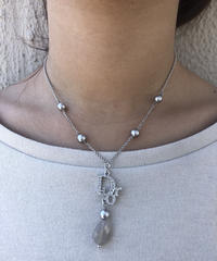 "Christian Dior/ fake pearl ""DIOR""  necklace. 424023 A (S)"