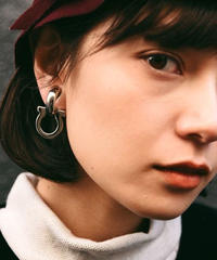 Salvatore Ferragamo/gancini silver earring.