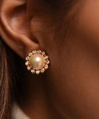 Christian Dior/ inside pearl gold earring