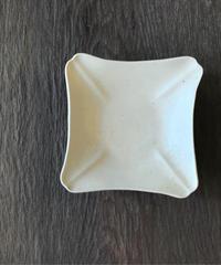 境知子 / 型打ち白釉隅切四方豆皿
