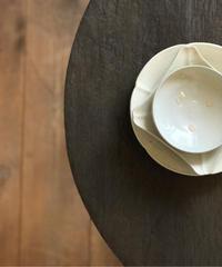 境知子 / 型打ち白釉六弁皿