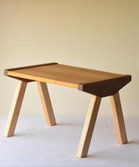 赤ちゃんが生まれて初めて出会う無垢の木の机・はじめてテーブル T7 くわ+たも+くるみ