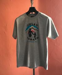 ジュレー・ラダック ロゴTシャツ(グレー)