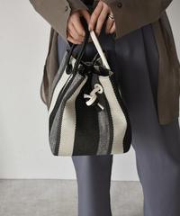 bag2-02488 マルチストライプ ノット巾着バッグ ショルダーベルト付き ブラック ベージュ
