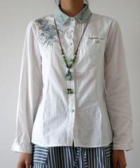 贅沢刺繍入り  センス溢れる   ボタンブラウス:白
