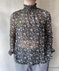 黒シースルー小花柄ハイネックブラウス