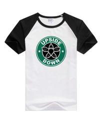 【購入時要サイズ記載】Dead by Daylight  デモゴルゴン カフェサイン風 フロントイラスト ユニーク 半袖 メンズ Tシャツ S~XXXL 3カラー