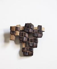 沢胡桃のブローチ 『四つ編み房型』岩手県産のクルミ樹皮