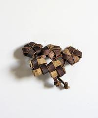 沢胡桃のブローチ 『花結び3つ畳み結び2つ』岩手県産のクルミ樹皮