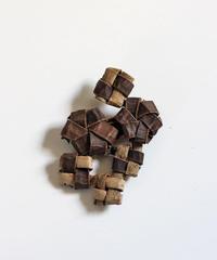 沢胡桃のブローチ 『花結び2つ畳み結び4つ』岩手県産のクルミ樹皮