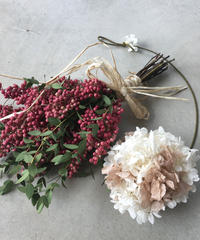 ペッパーベリーのスワッグと紫陽花ボールベージュホワイト送料込み