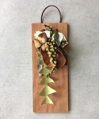 椿の実とキフジの板飾り