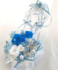 【プリザーブドフラワー/ガラスの靴リングピロー/サムシングブルー】水色と白い薔薇とリボンやビーズをガラスの靴にいっぱい飾って 【リボンラッピング付き】
