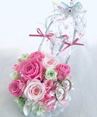 【プリザーブドフラワー/ガラスの靴リングピロー】優しいピンクの薔薇とリボンやビーズをガラスの靴にいっぱい飾って