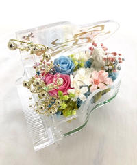 【プリザーブドフラワー/グランドピアノシリーズ】ピンクと白の薔薇が寄り添うように聴いているエンジェルの優しいメロディ
