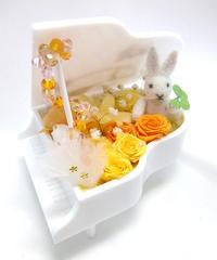 【プリザーブドフラワー/グランドピアノシリーズ】黄色とオレンジの花たちと四葉のクローバーを持った兎さんの約束
