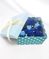 【布張りストライプブルーボックスに青とブルーの薔薇とパールを添えて/プリザーブドフラワー】