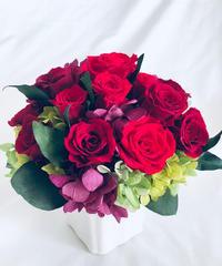 プリザーブドフラワー/赤い薔薇の気品と情熱に想いを込めて/ 陶器花器アレンジ/フラワーケース付き