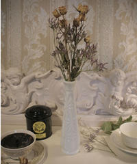 VTG milk glass flower vase 1