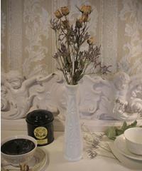 VTG milk glass flower vase 1