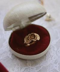 """VTG """"AVON"""" rose motif ring"""