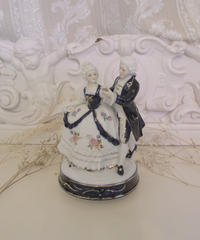 VTG porcelain lad&gentleman music box