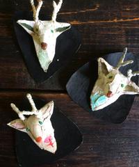 オフホワイトな鹿のブローチ