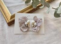 花びらのパールビジュー刺繍 耳飾り〈グレージュ〉