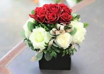赤バラと白リシアンサスのビビットアレンジメント