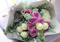 紫バラとホワイトピンポンマムのクラシカルブーケ