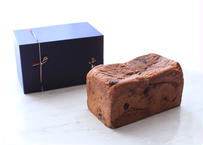 【ギフトボックス入り】『 プレミアムショコラ』| 約20cm: オールシーズン人気のチョコ食パン。ジューシーでクセのないレーズンとオレンジピールをアクセントに
