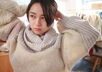 白に包まれた彼女のハイネック・ニット・セーター