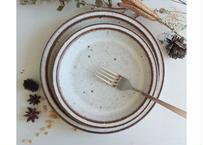 鉄粉のある 細リムの丸いお皿 21.5cm 静かで豊かな時間