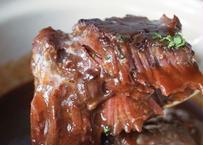 牛ホホ肉の柔らか赤ワイン煮込み