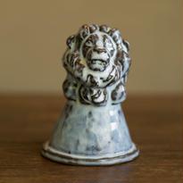 守り神をしているライオン(pale blue)