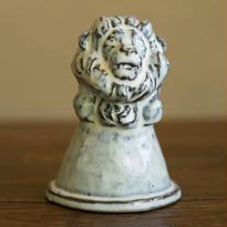 守り神をしているライオン(white)