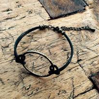 リングと革紐のブレスレット
