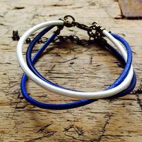 BLUEの革丸紐のブレスレット